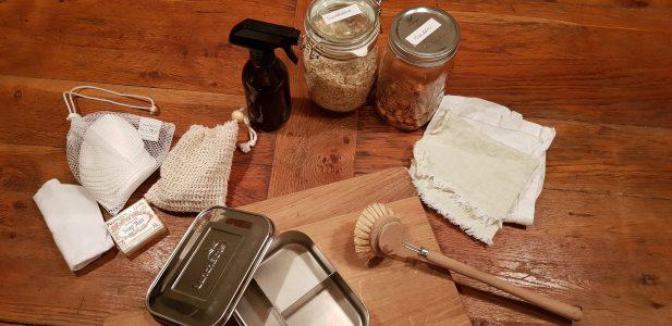 Bild von Schraubgläsern für Müsli, Holzspülbürste, Seifen und Shampo in Seifenform, Edelstahlbrotdose und Stoffservierten.